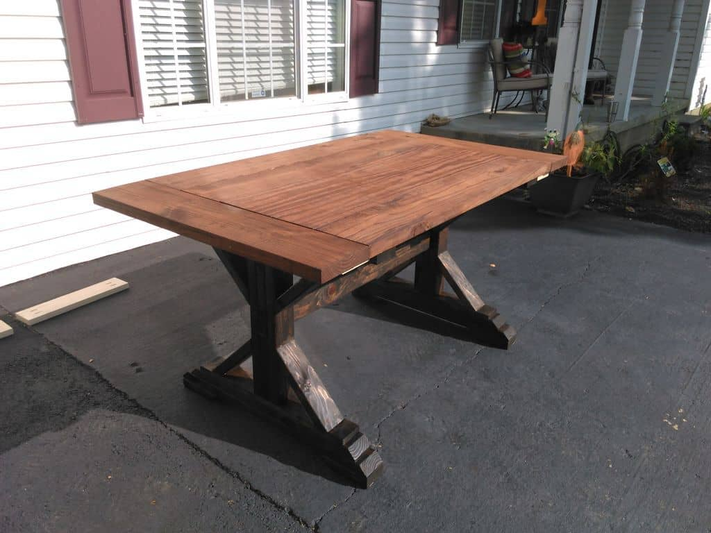<strong>Simple Rustic Farmhouse Table</strong>
