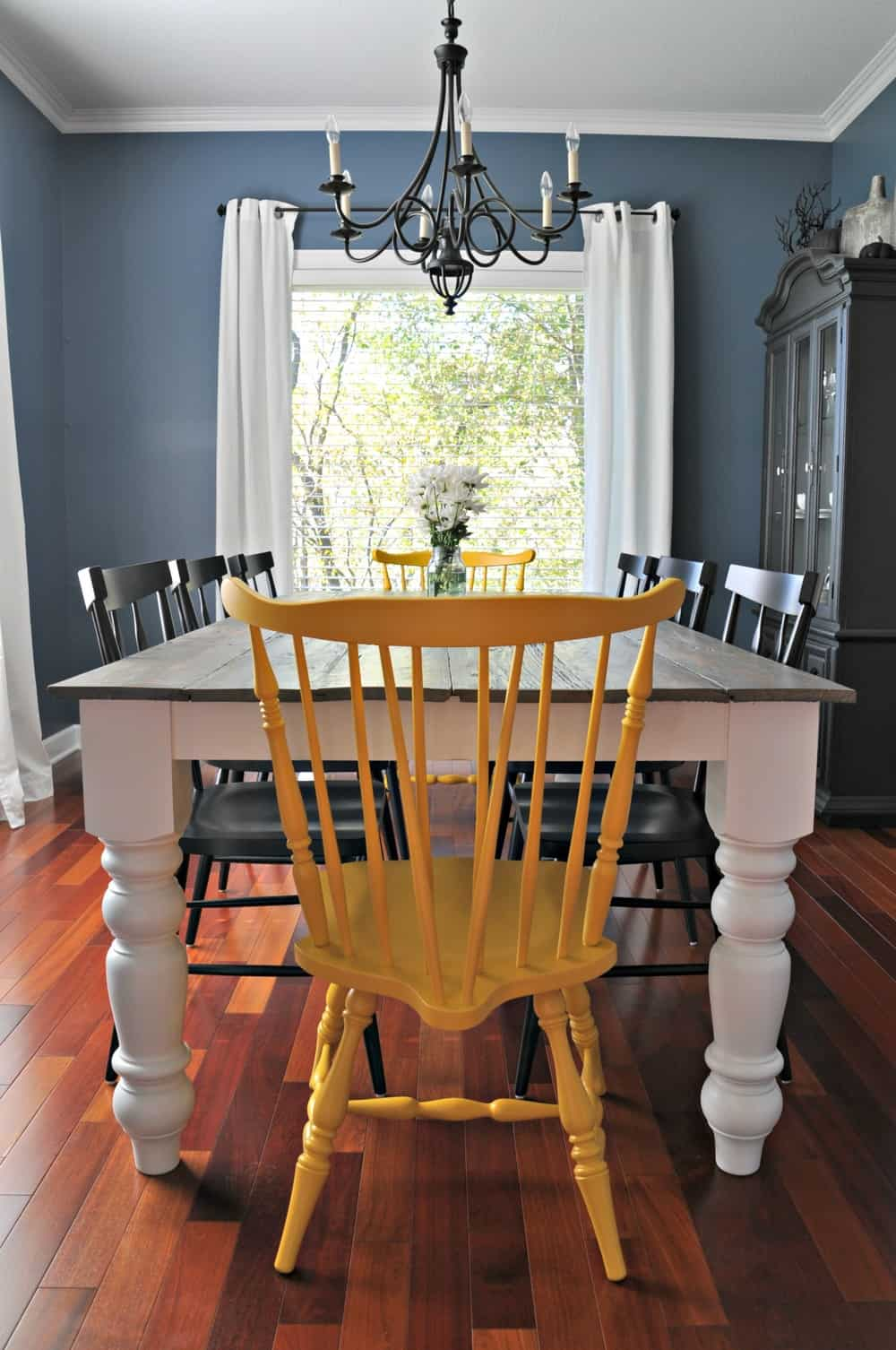 <strong>Classic Farmhouse Table</strong>
