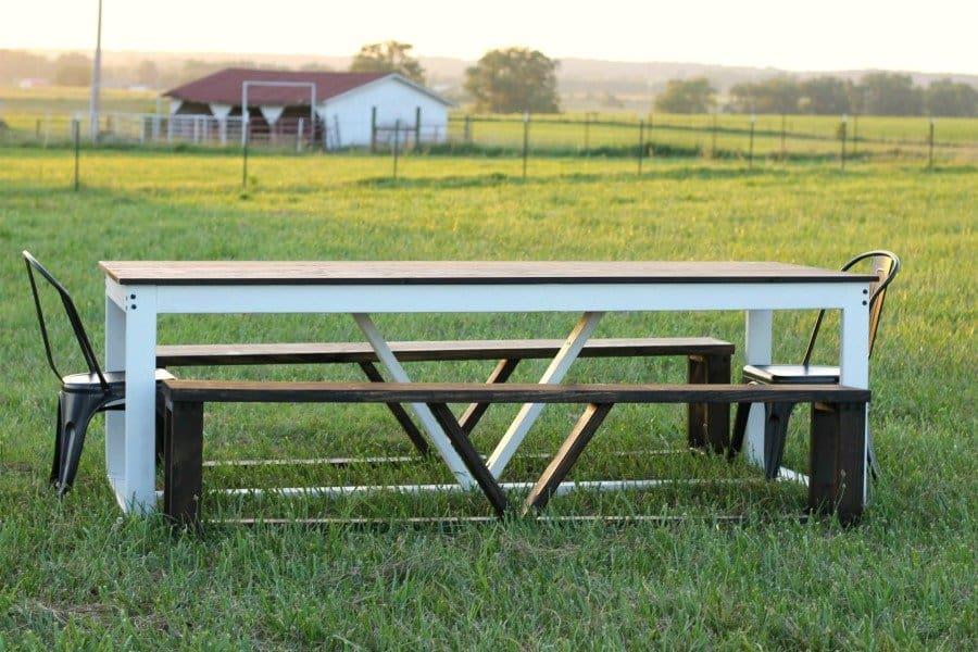 <strong>Modern Farmhouse Table</strong>